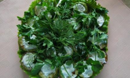 Vyprážaná cuketa s cesnakom, kyslou smotanou a bylinkami
