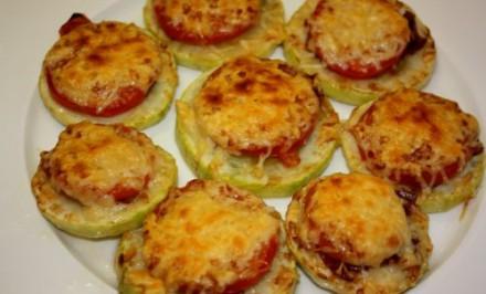 Vyprážané cukety zapečené s paradajkami a syrom