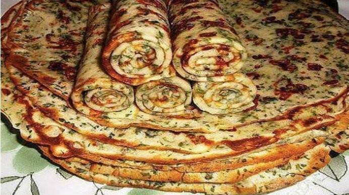 Slané palačinky se strouhaným sýrem a bylinkami připravené na pánvičce za 10 minut recept