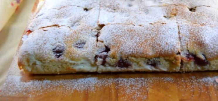 Vynikající koláč ze zakysané smetany s vanilkovým krémem s překvapením recept