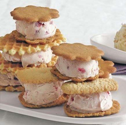 Megajednoduché zmrzlinové sendviče s jahodami