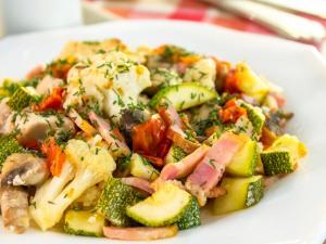 Zelenina zapečená s kuracím mäsom, slaninou a šampiňónmi