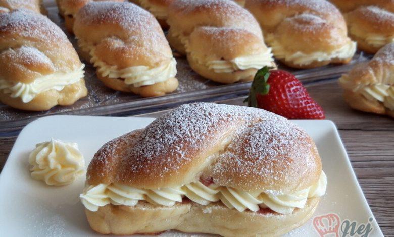 Dokonalé pudinkáče s vanilkovým krémem a jahodami
