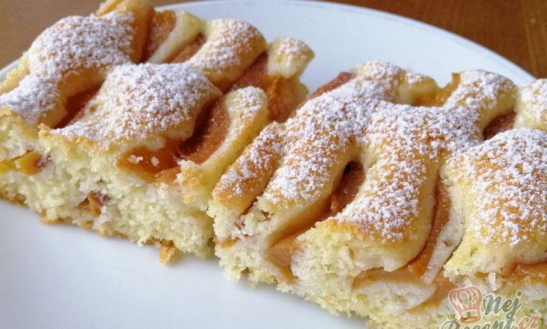 Šlehačkový broskvový koláč