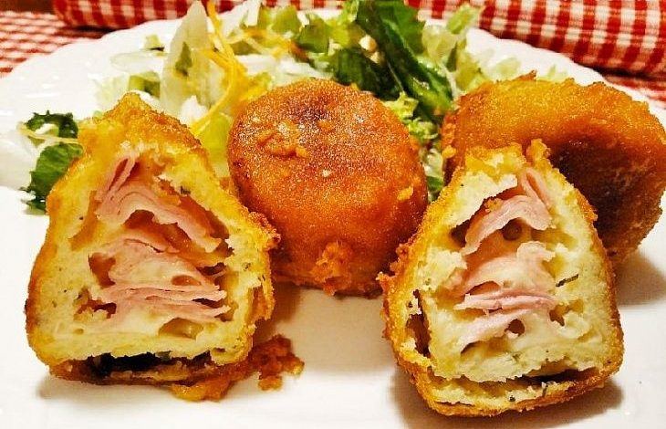 Smažené bramborové koule plněné šunkou a sýrem