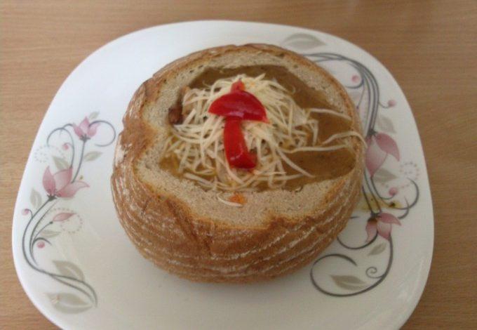 Guláš v bochníku chleba