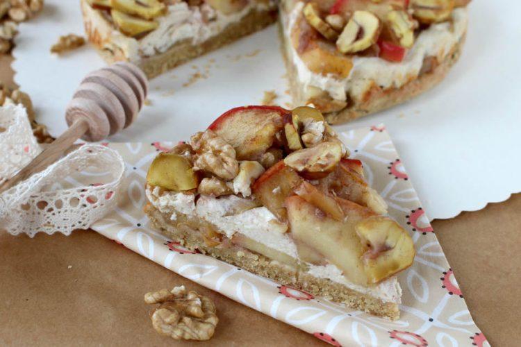 Koláč s jablky, tvarohovou náplní a pečenými kaštany