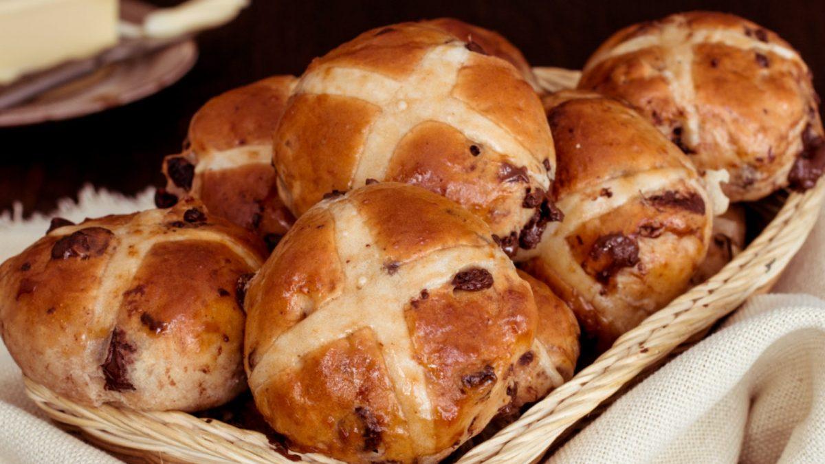 Video: Voňavé hot cross buns – anglické bochánky s křížem vylepšené o kousky čokolády