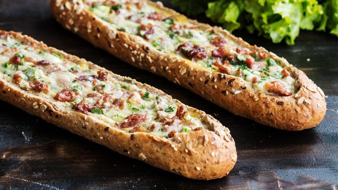 Video: Bagetové lodičky plněné rozteklým sýrem, křupavou slaninou a krémovými vajíčky