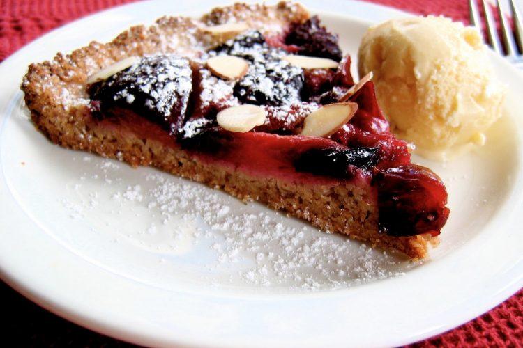 Švestkový koláč posypaný plátky mandlí