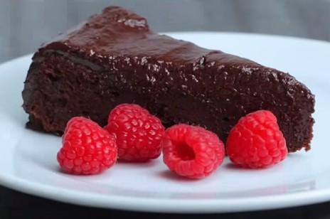 Video: Extra vláčný čokoládový dort
