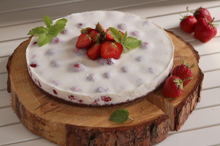 Lehký piškotový dort s jahodami, bez lepku a cukru