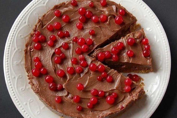 Nepečený dort s rybízem a domácí nutellou