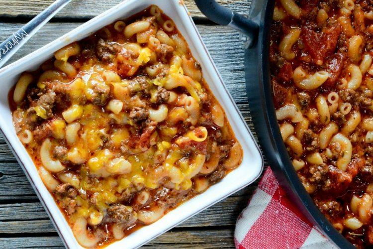 Rychlý těstovinový guláš s hovězím masem, rajčaty a sýrem