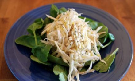 Výborný zelerovo-jablkový šalát s ananásom s povzbudzujúcimi účinkami