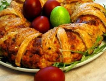 Veľkonočný plnený veniec s prepeličími vajíčkami. Úžasná pochúťka, ktorá vynikne na každom stole a kuchár si vyslúži pochvalu.