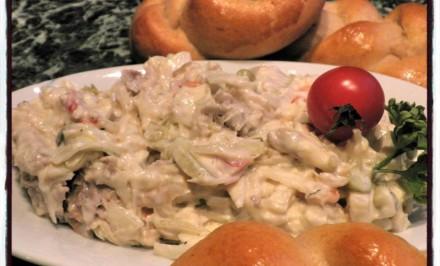 Jemný kurací šalát pripravený na rybí spôsob. Pripravte si úžasnú desiatu či zdravý olovrant.