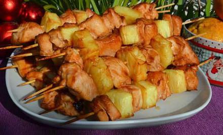 Jednoduchý kurací kebab s ananásom v rúre