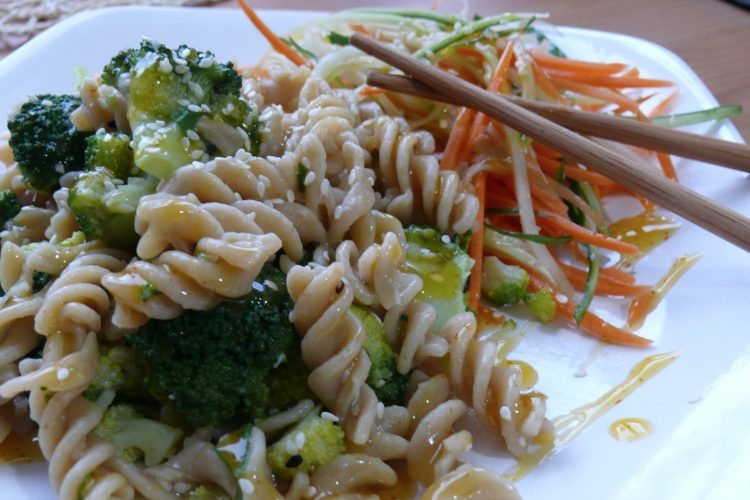 Celozrnné těstoviny s brokolicí a česnekem