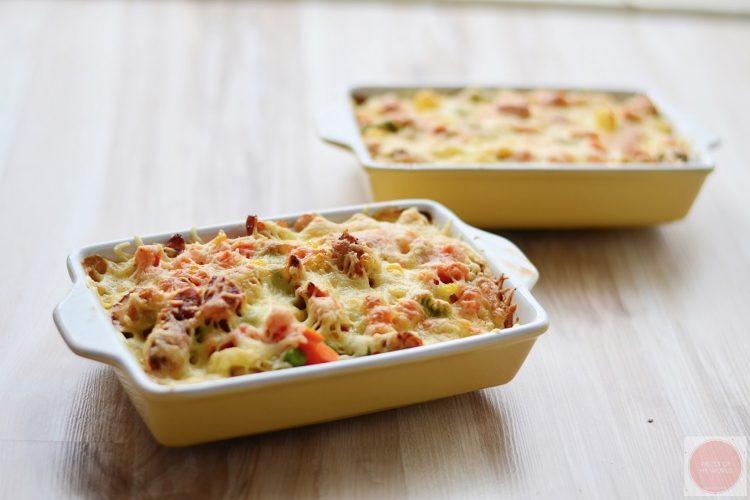 Zapečené těstoviny s kuřecím masem a dušenou zeleninou