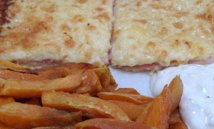 Zapekaný syr so šunkou a hranolky so sladkých zemiakov