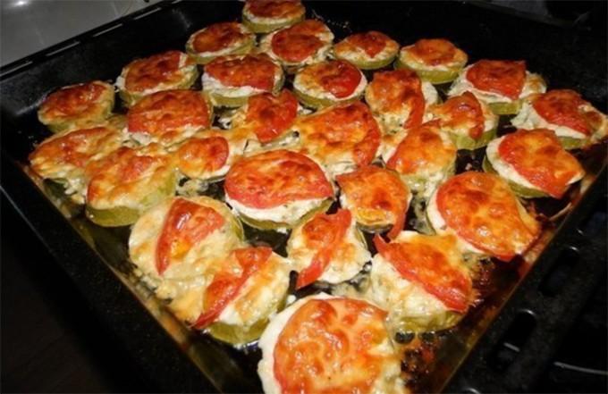 Cuketové jednohubky se sýrem a rajčetem