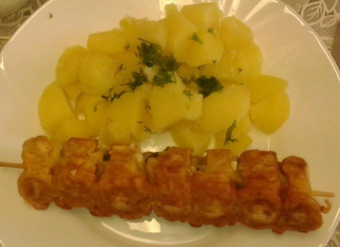 Rohlíkový špíz s vařenými bramborami