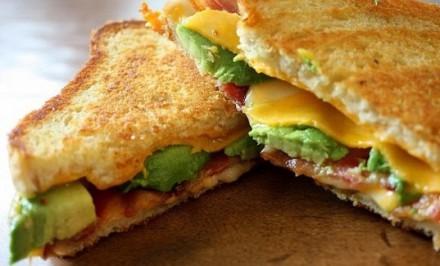 Zapekaný syrový chlebík s avokádom – FOTORECEPT
