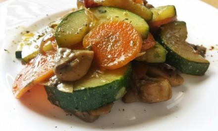 Báječný zeleninový recept s cuketou a šampiňónmi. Potrebujete len 4 základné suroviny a vitamíny máte na stole v krásnom šate
