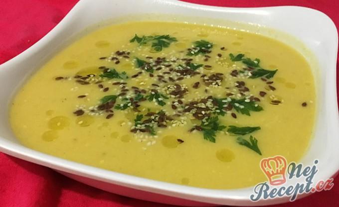 Polévka ze žluté dýně s lněnými semínky