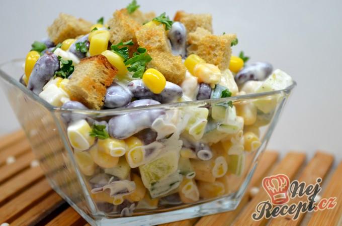 Lehký kuřecí salát se zálivkou ze zakysané smetany a dijonské hořčice