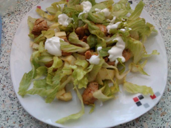 Kuřecí salát s jablkem a jogurtovou zálivkou