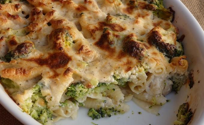 Zapečené těstoviny s brokolicí a kuřecím masem
