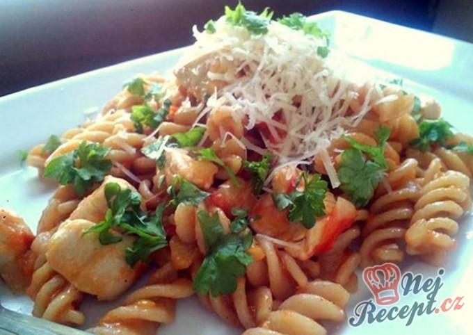Těstoviny s kuřecím masem a rajčatovou omáčkou