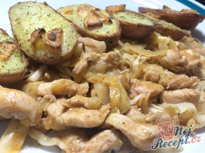Restované kuřecí nudličky s pečenými bramborami s česnekem