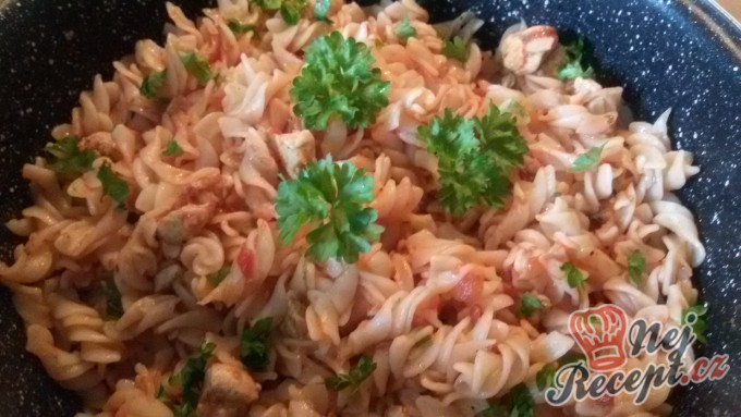 Těstoviny s kuřecím masem v rajčatové omáčce