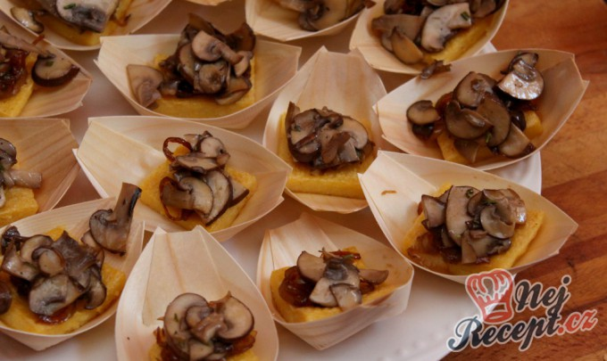 Opečené polentové čtverečky s karamelizovanou cibulí a houbami na víně