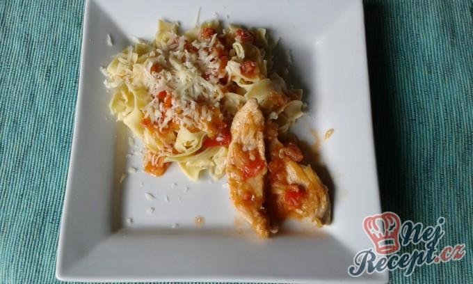 Kuřecí filetky s rajčatovo-cuketovou omáčkou s nudlemi