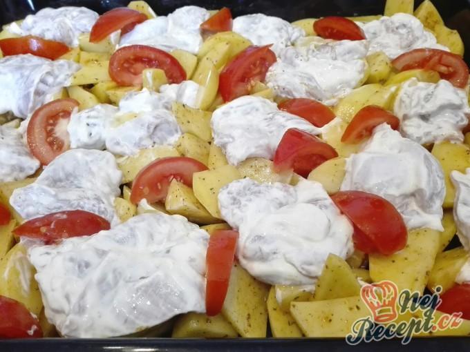 Kuře pečené s bramborami, rajčaty se smetanovou omáčkou