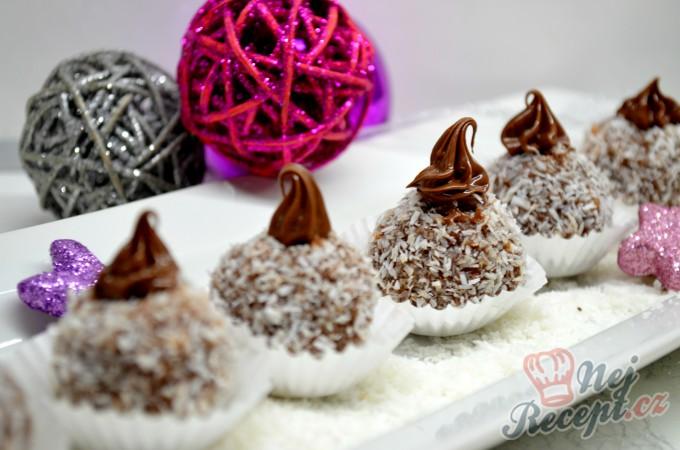 Nepečené vánoční kokosové kuličky s čokoládou, které máte hotové za půl hodinku.