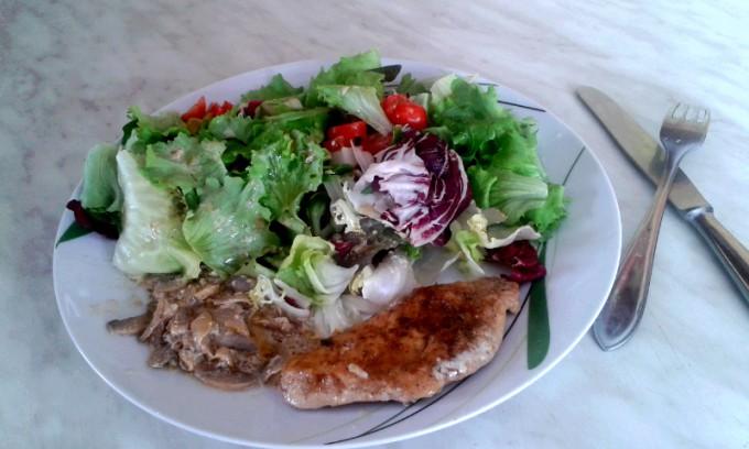 Kuřecí steak, salát, cibulka a žampiony