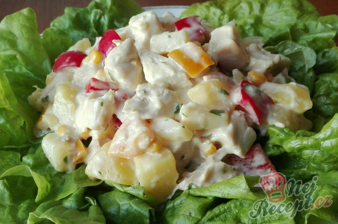 Zeleninový salát s kuřecím masem a ananasem