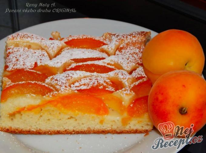 Kynutý meruňkový koláč posypaný cukrem