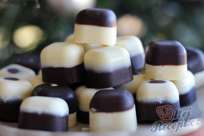 Dvoubarevné čokoládové pralinky plněné višní z griotky