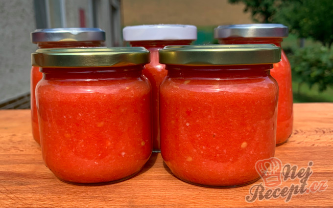 Česnekovo rajčatová směs za studena, kterou netřeba ani zavařovat a nezkazí se.