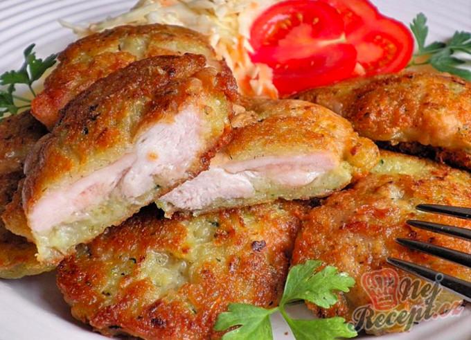 Kuřecí maso v bramboráku a salát Coleslaw