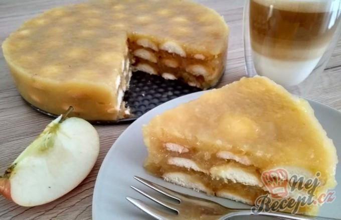 Osvěžijíci nepečený jablečný dortík s piškoty