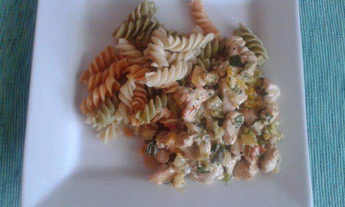 Kuřecí nudličky na zeleninové smetanové omáčce s těstovinami