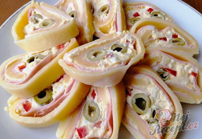 Slavnostní sýrová roláda s olivami