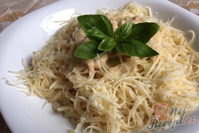 Špagety s kuřecím masem ve smetanové omáčce